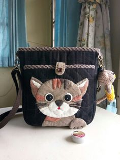 Dog Quilts, Cat Quilt, House Quilts, Crochet Cat Pattern, Bag Pattern Free, Bag Patterns To Sew, Hand Applique, Applique Quilts, Patchwork Bags
