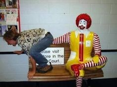 12 Funniest and Most Inappropriate Ronald McDonald Photos (ronald mcdonald images, funny mcdonald pictures) - ODDEE