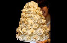 Coisas da Coreia. Bolo decorado com ouro de 5,5 quilates e 15 mil peças de cristal é exibido em hotel de Seul, na Coreia do Sul, em comemoração ao 'Dia Branco', em que homens dão doces às mulheres. O bolo está na 'promoção' por US$ 44,7 mil.