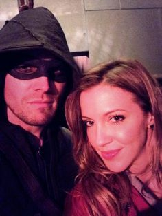 Stephen Amell and Katie Cassidy Behind the scenes Arrow Stephen Amell Arrow, Arrow Oliver, Oliver And Laurel, Arrow Tv Series, Dinah Laurel Lance, Arrow Black Canary, Arrow Cast, Team Arrow, Most Beautiful People