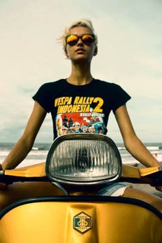 Love it… vespa. Piaggio Scooter, Vespa Bike, Scooter Motorcycle, Vespa Scooters, Retro Scooter, Scooter Custom, Scooter Girl, Lady Biker, Biker Girl