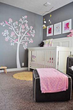 Chambre de bébé fille en gris, blanche et rose. Idée: arbre sur le mur
