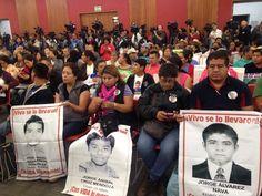 Padres y familiares de los normalistas de Ayotzinapa estuvieron presentes en el informe del Grupo Interdisciplinario de Expertos Independientes. // Foto: Nayeli Roldán.