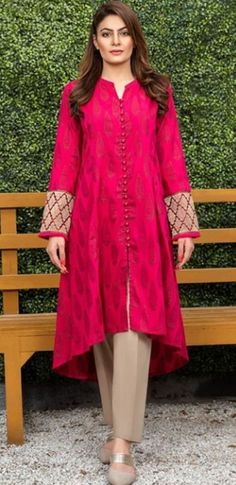 Discover recipes, home ideas, style inspiration and other ideas to try. Pakistani Fashion Party Wear, Pakistani Formal Dresses, Pakistani Wedding Outfits, Pakistani Dress Design, Indian Dresses, Kurti Designs Pakistani, Punjabi Fashion, Simple Kurti Designs, Kurta Designs Women