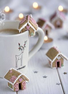 Lebkuchenhaus Bausatz: Kostenlose Anleitung & Rezepte zum selber bauen You can make a gingerbread house yourself during the Advent season. The most exciting sets & instructions for gingerbread houses Noel Christmas, Christmas Goodies, Winter Christmas, Christmas Coffee, Christmas Houses, Christmas Morning, Pink Christmas, Simple Christmas, Italian Christmas