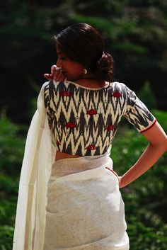 Half White Indian Monsoon Ikat Cotton Blouse loved the blouse pattern Sari Blouse Designs, Fancy Blouse Designs, Indian Attire, Indian Outfits, Ethnic Outfits, Indian Wear, Saris Indios, Stylish Sarees, Saree Blouse