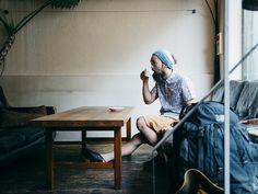 Summer Adventure  アウトドアウエア・ブランド「デヴァドゥルガ」のデザイナーであり、登山やクライミングがライフワークでもある島崎仁志。都内滞在中に食事や仕事の打ち合わせでよく訪れるのは、東京・参宮橋の事務所近くの「anea cafe」。カフェでくつろぎながら、旅行や奄美大島でのキャンプイベントなど、今夏のアクティビティのプランを練る。アースカラーのパンツに合わせたのは、Gapのプリントシャツ。夏を感じさせる楽しい柄で、気分をいっそう盛り上げる。 #styldby #DressNormal
