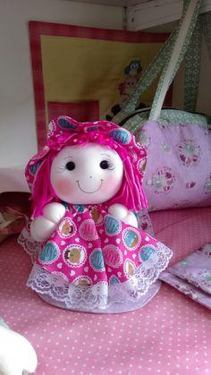 Boneca de Pano feita com tecido 100% algodão com manta anti alergica, ideal para decoração do quarto de bebê, para meninas de todas as idades ..... linda pode ser feita em qualquer cor de roupa e de cabelo. Bookmarks, Diy And Crafts, Hello Kitty, Lunch Box, Christmas Ornaments, Holiday Decor, Character, Doll Patterns, Crochet Mermaid
