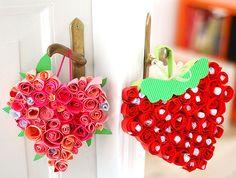 Enfeite de porta feito com rosas de papel | Pra Gente Miúda