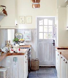love this sweet little kitchen.