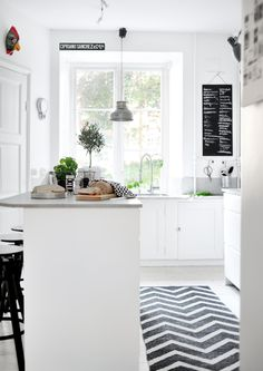 The smell of freshly baked bread wafting through the kitchen.ahh makes home ☺️💕💕 We hope you wake up to this. Or you could move next to a baker😜 Photo credit: planets-deco. Kitchen Dinning, Cozy Kitchen, Scandinavian Kitchen, New Kitchen, Kitchen Decor, Scandinavian Style, Kitchen Tiles, Dining Room, Boho Deco