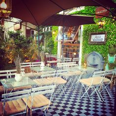 ΕΞΟΔΟΣ | Πάμε για καφέ στην αυλή; Greece, Things To Do, Patio, Table Decorations, Outdoor Decor, Islands, City, Home Decor, Shopping