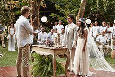 """Linda idéia de casamento no campo, com todos os convidados vestindo branco ou nude. Chega de """"não pode ir de branco para não competir com a noiva"""". Acabe com esse clima vestindo todos com a cor da paz e criando hamonia nesse momento tão especial."""