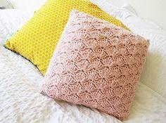 Kussen in schelpsteek Crochet Cushion Cover, Crochet Cushions, Crochet Pillow, Crochet Shawl, Crochet Stitches, Cushion Covers, Crochet Home, Love Crochet, Diy Crochet