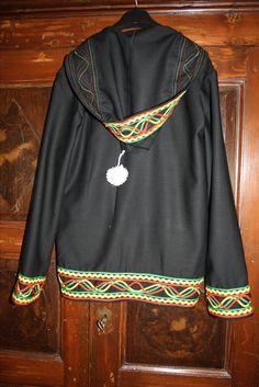 Felpa su commissione ispirata a quella indossata da Jim Morrison all'Isle of Wight Festival (1970). In lana, con decori in passamaneria e pon pon di cotone.
