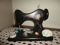 Wooden Handmade Sewing Machine Countree Corner Crafts Peace Art, Country Paintings, Vintage Sewing Machines, Sewing Art, Illustrations, Sewing Accessories, Pin Cushions, Homemade Gifts, Vintage Patterns