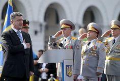 24日、ウクライナの首都キエフの独立広場で、国歌を歌うポロシェンコ大統領(左)(EPA=時事) ▼28May2014Российскаягазета|  ▼24Aug2014時事通信|軍の近代化発表=大規模パレード、ロシアけん制-ウクライナ大統領 http://www.jiji.com/jc/zc?k=201408/2014082400163