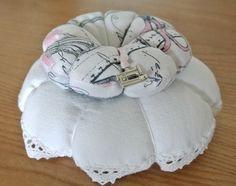 """NOUVEAU ! Pique-aiguille composé de deux """"citrouilles"""", l'une en drap ancien bordé de fine dentelle cousue main, la seconde en tissus fond blanc à motifs thème couture. Le cent - 9370559"""
