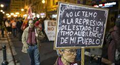Una mujer sostiene un cartel en la manifestación de las Marchas de la Dignidad en Valencia   EFE