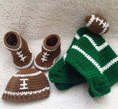 The complete football themed set, ready to welcome a lucky little squish into the world! Winter Hats, Football, Knitting, Pretty, Instagram Posts, Soccer, Futbol, Tricot, Breien