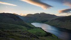 Sonnenuntergang am WastwaterWasdale, The Lake District, EnglandDer Wastwater See im Herzen des Wasdale Valley bietet einen ehrfurchtgebietenden Anblick. Er ist knapp 5 km lang und 80 m tief und von Bergen umgeben, einschließlich dem Scafell Pike – Englands höchstem Berg. Mehr Informationen