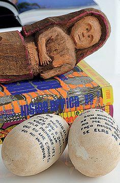 De madeira descartada, os ovos com frases do folclore são criações do artesão Fernando Rodrigues dos Santos, da Ilha do Ferro, em Alagoas. A sereia de madeira entalhada é do artesão Sérgio de Pernambuco