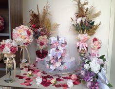 Lindo kit compõe o seguinte:    -1 Bolo cenográfico em E.V.A. cascata de rosas;  -2 Arranjos na taça de vidro tamanho G ;  -2 Mini-Taças de vidro com bol de flores ;  -1 Bouquet noiva cascata de rosas e lavandas ;  -1 topiara GG vaso espelhado ;  -10 rosas soltas ;  -Folhagem desidratada para esp...