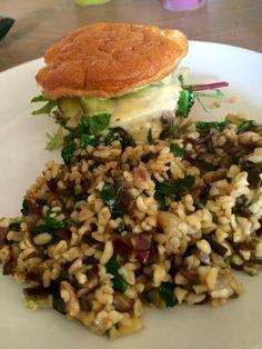 Lowcarb burgerbuns met gebakken tartaar avocado crème, augurk en kaas en een salade van bulgur, aubergine, champignons, spinazie en rode ui
