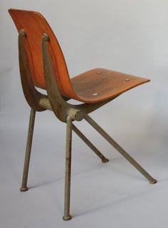 Ateliers Jean Prouvé - circa 1950 Chaise à assise en bois multiplis reposant sur un