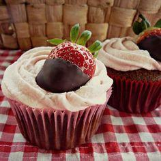 cupcakes de chocolate y fresas.. riquísimos y facilísimos de hacer ♥