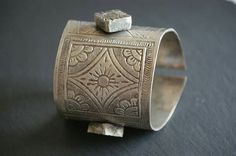 This vintage silver bedouin bracelet from Siwa Oasis in Egypt is beautifully handcrafted by the famous silversmith Mohammed Al Makkawi. The bracelet is engraved with floral motifs and a crescent moon. Inside as well as on the cast knobs the bracelet is signed with the stamps of Mohammed Al Makkawi. The Egyptian silver hallmark indicates that this piece was made between 1959 and 1961 | Etsy BedouinDesigns € 399 | © Bedouin Designs