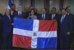 El Presidente Danilo Medina entrega bandera dominicana a los Tigres del Licey