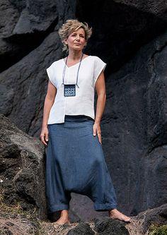 Ensemble femme de créateur: chemisier asymétrique en lin blanc et sarouel/jupe en lin bleu