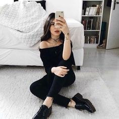 Tebdence Alert: High shoulder to shoulder - Fashion Trends Foto Casual, Sara Sampaio, Selfie Poses, Bella Thorne, All Black Outfit, Tumblr Girls, Kylie Jenner, Girl Photos, Photography Poses