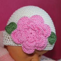 Juf Leej: Patroon babymuts met bloem Crochet For Kids, Crochet Baby, Free Crochet, Chrochet, Crochet Flowers, Headbands, Baby Kids, Crochet Patterns, Beanie
