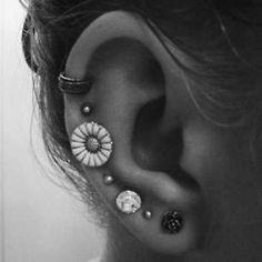 Thinking about adding a third ear piercing to one of my ears.perhaps the highest piercing or the one where the flower is. Piercing Tattoo, Et Tattoo, Ear Piercing, Smiley Piercing, Tattoo Art, Piercings Bonitos, Multiple Earrings, Tragus, Cartilage Jewelry