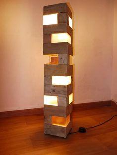 Pallet floor lamp by NiCodesignStore on Etsy Pallet Lamp Ideas, Wood Pallet Crafts, Reclaimed Wood Projects, Scrap Wood Projects, Diy Pallet Projects, Wood Pallets, Pallet Wood, Table Lamp Wood, Wooden Lamp