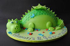 Roar! Wir veranstalten eine Dinosaurier - Kindergeburtstags - Party und suchen noch ein paar Ideen für die passende Deko, fetzige Spiele und leckeres Essen. Wie wäre es mit dieser Idee? Weitere Ideen für Deinen Kindergeburtstag findest Du auf blog.balloonas.com #kindergeburtstag #balloonas #dino #party #jurassic