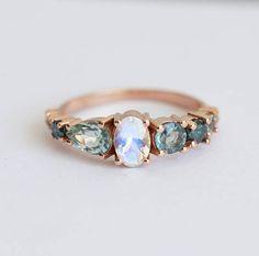 So funkelnd und so besonders! Mondstein, Saphir-Cluster-Ring. Ring kennzeichnet eine Gruppe von funkelnden violett, blau, blaugrün-Edelsteine, die sehr einzigartig und prickelnde erstellen aussehen. Dieser Ring wäre eine perfekte Ring für nicht traditionelle Braut. Ähnliches Design kann