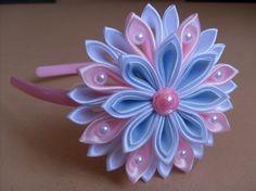Hviezdička je vyrobená technikou kanzashi, pri výrobe sú p Fabric Flower Headbands, Making Fabric Flowers, Flower Making, Satin Ribbon Flowers, Ribbon Art, Diy Ribbon, Ribbon Braids, Ribbon Projects, Ribbon Flower Tutorial