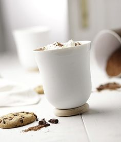 Schöner Kaffebecher aus weissem Porzellan