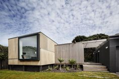 The house's street frontage. To the island / Urbis Magazine Kapiti House / Carolyn Walker, Geoff Fletcher / 2010.