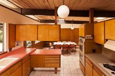 Howard Lane's Post and Beam Schustack Residence in the Hills - Curbed LA - kitchen envy Mid-century Interior, Luxury Homes Interior, Interior Design, Mid Century Modern Kitchen, Mid Century Modern Design, Vintage Kitchen, 70s Kitchen, Craftsman Kitchen, Farmhouse Kitchens