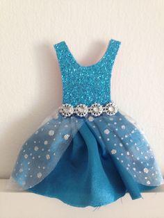 Convite Vestido Elza - Frozen, feito com cetim azul.  Os detalhes da festa ficam em baixo da saia do vestido.  Um lindo e criativo convite pra arrasar na festa de sua filha.