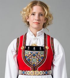 Bilderesultat for hardangerbunad kvam dame Folk Costume, Costumes, Hardanger Embroidery, Medieval Dress, Felt Art, Traditional Dresses, Norway, Fashion Backpack, Shoulder Bag