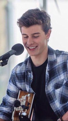 Fc: Shawn Mendes } Hi, I'm Shawn. I'm 18 years old. I'm a singer and songwriter. Chloe and Melina are my younger siblings. Introduce?