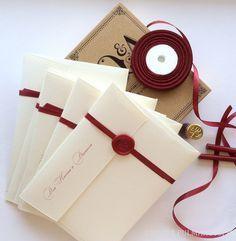 Einladungskarten werden mit Siegelwachs verschlossen zu etwas ganz Besonderem.