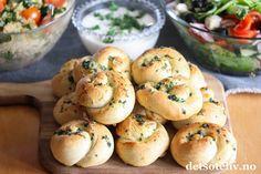 Hvitløksknuter (Garlic knots)   Det søte liv Garlic Knots, Bagel, Feta, Hamburger, Bread, Hamburgers, Breads, Burgers, Bakeries