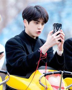 THE BOYZ YOUNGHOON (영훈) (@younghoon.theboyz) • Fotos e vídeos do Instagram Beautiful Boys, Pretty Boys, Cute Boys, Kim Young, Taehyung, Hi Boy, K Pop Star, School Boy, Chef