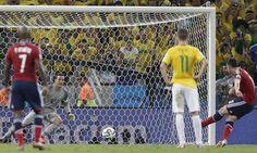Brasil vs. Colombia: James Rodriguez patea el penal y anota y pone el 2-1 para Colombia(Foto:EFE)